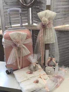 Σετ Βάπτισης για κορίτσι με ρομαντική διάθεση με βαλίτσα τρόλεϋ σωμόν με φιόγκο από δαντέλα σε εκρού χρώμα , λαμπάδα με φιόγκο απο δαντέλα σε εκρού χρώμα και χεοροποίητα λουλούδια σε σωμόν και σάπιο μήλο ,λαδόπανα, πετσέτα μεγάλη,εσώρουχα, σετ λαδιού, 3 κεράκια κολυμπήθρας ,πετσέτα μικρή και σαπούνι. Gift Wrapping Techniques, Wedding Wows, Ballerina Cakes, Bridal Photography, Red Apple, Gift Packaging, Christening, Wedding Gifts, Diy And Crafts