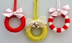mini wreaths out of shower curtain pullsWrap yarn around them, adding a drop or two of glue to hold everything in place.Make mini wreaths out of shower curtain pullsWrap yarn around them, adding a drop or two of glue to hold everything in place. Christmas Hacks, Noel Christmas, Diy Christmas Ornaments, Christmas Projects, Holiday Crafts, Christmas Wreaths, Christmas Decorations, Holiday Tree, Ornaments Ideas