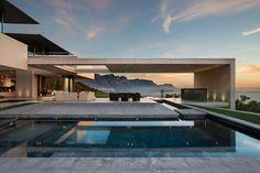 Construído na 2014 na Cidade do Cabo, África do Sul. Imagens do Adam Letch . Programa  O programa era criar uma casa espetacular que encapsulasse as vistas 360 graus das montanhas e do mar. Embora a paisagem exterior fosse...