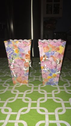 Fun découpage I did with a 9 year old girl I babysit. All you need is flower pictures, ribbon, old popcorn cups, scissors, a cup of water, paint brushes, and Mod Poge découpage glue. Cut out the flower pics and them dunk the pics in water one by one and then use the we brush and glue to stick the flowers on the container. When you've covered the cup, tape 4 pieces of ribbon in the back of a large flower and glue it on to cover the popcorn words in the cup and curl the ribbon with scissors✂️
