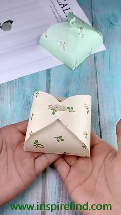 The small paper box origami tutorial is very suitable for small gifts. The folding method is very simple. After reading the tutorial, you can easily fold out the small paper box. diy gift How to make a gift box? Paper Gift Box, Diy Gift Box, Diy Box, Paper Gifts, Diy Paper Box, Paper Box Tutorial, 3d Paper, Paper Boxes, Diy Gifts With Paper