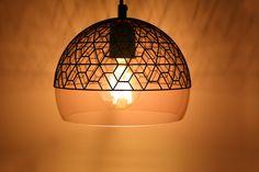 Ontwerp je lamp zelf in welke stijl je ook maar wilt. Ga bijvoorbeeld voor een romantische sfeer boven de keukentafel of in de slaapkamer. Engine, Table Lamp, Ceiling Lights, Lighting, Pendant, Prints, Home Decor, Light Fixture, Corning Glass