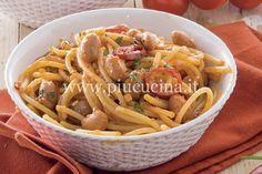 Rosolate in olio l'aglio tritato fine con la cipolla e i pomodori secchi. Aggiungete i fagioli e la passata. Aggiustate di sale, pepate e insaporite con il peperoncino. Cuocete il sugo per 25-30 minuti, aggiungendo acqua all'occorrenza. Lessate la pasta in abbondante acqua salata, scolatela molto al dente e passatela in padella con il sugo di fagioli e un mestolino di acqua di cottura della pasta. Mantecate e cospargete con il prezzemolo tritato.   I legumi in scatola sono una gran…