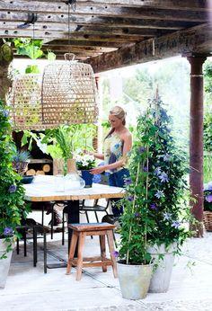 Wat een prachtig terras, aangekleed met een passiebloem. Meer tuin - en wooninspiratie op http://www.interieurinspiratie.nl/