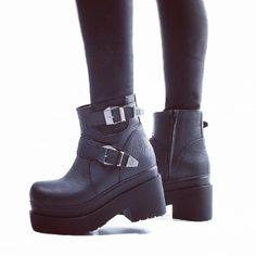 Borcego con doble hebilla #LIUAN http://www.rickysarkany.com/liuan.html #platform #black #leather #grunge
