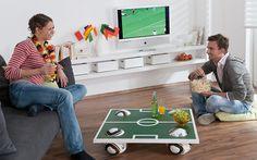 Coole Idee: Der Couchtisch im Fußball-Look hat anstatt Beine Bälle. #Bauanleitung #Fußball #heimwerken