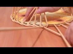 Газеттен жасалған қобдишаның астыңғы бөлігін өру. плетение из газетных трубочек-2 Weaving newspapers - YouTube
