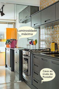 cozinha corredor em cinza amarelo e branco