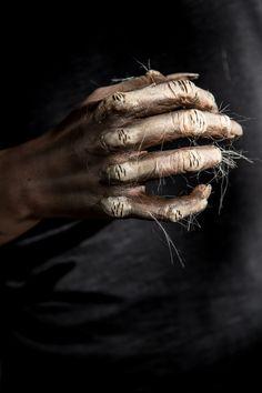 Łapę wilkołaka wykonała Kaja Jałoza / Szkoła Wizażu i Charakteryzacji SWiCH / Fot. Anita Kot / #werewolf #visageschool #szkolawizazu #charakteryzacja #wilkolak #wizaż