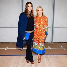 Looks from Tory Burch Spring / Summer 2017 Women's Ready To Wear Collection Backstage Look with Jessica Alba Jessica Alba Style, Friends Fashion, Paisley Print, Beachwear, Tory Burch, Ready To Wear, Women Wear, Shirt Dress, Model
