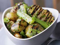 Kartoffeln vom Grill mit Stangensellerie ist ein Rezept mit frischen Zutaten aus der Kategorie Sprossgemüse. Probieren Sie dieses und weitere Rezepte von EAT SMARTER!
