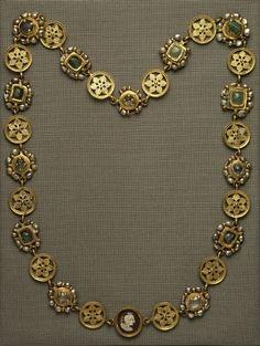 Necklace from 14 gold discs, 14 frames and a sardonyx cameo - 5th century AD.Location: Assiut (Upper Egypt) (Egypt). © Foto: Antikensammlung der Staatlichen Museen zu Berlin - Preußischer Kulturbesitz