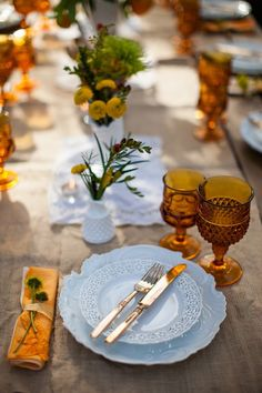 Glassware Gives Holiday Tables Shine Fall table setting with amber glassware Fall Table Settings, Place Settings, Gold Flatware, Ideas Para Organizar, Dinners To Make, Thanksgiving Centerpieces, Rustic Thanksgiving, Holiday Tables, Christmas Tables