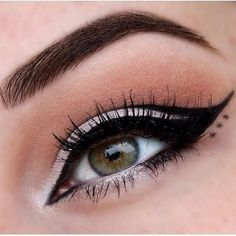 Your pageant makeup can either complete a look or make a mess out of your flawless look. How do you make sure your pageant makeup is as perfect as the rest of your outfit? How do you select the right foundation or false eyelashes for you? Pageant Planet has compiled the most comprehensive guide to pageant makeup to make sure you are ready for pageant weekend. #makeup #prommakeup #pageantmakeup White Eyeliner Looks, Perfect Winged Eyeliner, Winged Eyeliner Tutorial, Eyeshadow Looks, Sparkly Eyeshadow, Pigment Eyeshadow, Eye Tutorial, Winged Liner, Glitter Eyeshadow