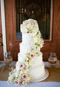 A stunning wedding cake with fresh flowers! {Fidelis Studio} {Cake: Cakes by Blondie}