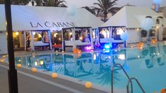 Club la Cabane iluminado con velones alrededor de la piscina. Eventos Marbella Bar Cart, Restaurant, Club, Home Decor, Pools, Night, Events, Cabin, Decoration Home