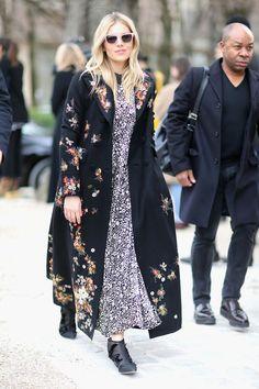 Sienna Miller de maxi dress floral e casaco bordado. Sienna Miller Style,  Paris Fashion d898faceed