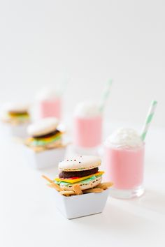 Idées DIY Fêtes : DIY Mini Macaron Cheeseburgers and Fries DIY mini cheeseburger and french fries with a mini milkshake to top it off! Mini Desserts, Dessert Recipes, Mini Tortillas, Mini Macaron, Cute Food, Yummy Food, National Burger Day, French Macaroons, Tiny Food