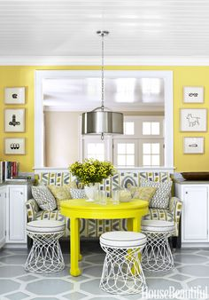 dining area with yellow walls and yellow table Decoracion Vintage Chic, 1940s Home, Yellow Table, Kitchen Nook, Kitchen Dining, Kitchen Ideas, Kitchen Paint, Kitchen Seating, Happy Kitchen
