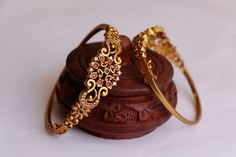 Matte Finish on the Bangles gives a Royal look. The Bangles embedded with Kemp and Green Stones. Indian Jewelry Earrings, Jewelry Design Earrings, Gold Earrings Designs, Gold Bracelet Indian, Gold Ring Indian, Egyptian Jewelry, India Jewelry, Antique Earrings, Crystal Jewelry
