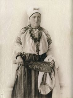 Woman from Smolensk guberniya (province) from Natalia Shabelskaya's Russian costumes collection made for Paris exhibition, 1900
