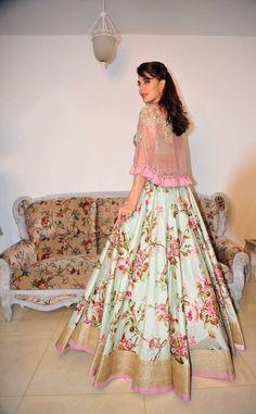 Style Queen Jacqueline Fernandez is all set for Dandiya night in Mumbai, while promoting ❤… Sari Blouse Designs, Lehenga Designs, Kurta Designs, Desi Wedding Dresses, Prom Dresses, Indian Designer Outfits, Designer Dresses, Indian Dresses, Indian Outfits