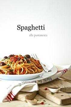 Spaghetti alla puttanesca Food Graphic Design, Food Design, Food Photography Styling, Food Styling, Casa Pizza, Pot Pasta, Food Concept, Aesthetic Food, Food Menu