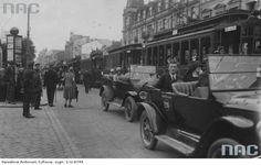 Ulica Marszałkowska przed Dworcem Wiedeńskim. Widoczne tramwaje i taksówki oraz słup ogłoszeniowy.