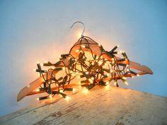 My idea on nlcafe.hu  Vállfa, kuka, dunsztosüveg: így díszítsd a lakást karácsonykor fényfüzérrel! - NLCafé  diy light christmas