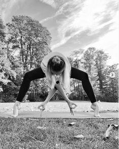 9 Più tempo da dedicare a ciò che ami Le cose materiali si consumano, si rovinano e spariscono, le mode passano. Ma la consapevolezza, la compassione, la crescita personale, l'auto realizzazione restano ed è ciò che rende la nostra vita significativa. E cosa centra il minimalismo? Avere meno ci dà il tempo necessario per farlo, per perseguire questo tipo di cose e attività. #irina_minimalismo #minimalista #instablogger Railroad Tracks, Yoga, Fitness, Minimalism, Diets, Keep Fit, Yoga Sayings, Rogue Fitness, Train Tracks