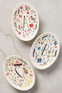 Cette vaisselle décorative monogrammée Meadow (anthropologie.com) peut être l'inspiration dont vous aviez besoin pour réaliser un cadeau pour une personne chère. #crackpotcafe