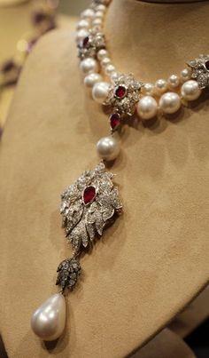 Essence of Fashion ~ Opulent Look ✦ Accessory ✦ Elizabeth Taylor
