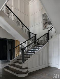 Парадная лестница была в доме изначально и показалась архитекторам проблемой — было трудно придать ей нужную масштабность. Однако результат коррекции пространства устроил всех. На стенах гипсовые панели, ограждение сделано на заказ по эскизам архитекторов.