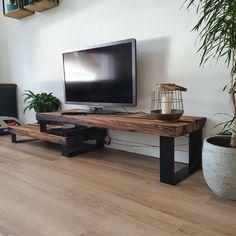 Verkrijgbaar vanaf 727,50. Soms maken we met Maikku meubels, waar we zelf op slag verliefd op. We hebben gebruik gemaakt van strakke zwarte onderstellen, gecombineerd met mooie warme kleur van de met blanke olie behandelde eikenbielzen. De spoorbielzen zijn professioneel door midden gezaagd in dikke planken, waardoor het geheel er net wat strakker en moderner uitziet. Zeker als je gebruik maakt van de zaagsnede kant van de planken, zoals op de foto's. Flat Screen, Tv, Television Set, Table, Homes, Blood Plasma, Flatscreen, Dish Display, Television