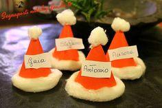 Questi segnaposti natalizi sono dei simpatici cappellini di Babbo Natale fai da te, nati per essere realizzati con l'aiuto e insieme ai bambini.
