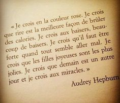 Audrey Hepburn : C'est la magnifique l'histoire d'une actrice devenue une légende. En plus de sa philanthropie, Audrey Hepburn a marqué pour toujours Sad Quotes, Words Quotes, Love Quotes, Inspirational Quotes, Positive Mind, Positive Attitude, Audrey Hepburn Quotes, French Quotes, My Mood
