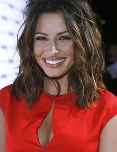 Hmm. Sarah Shahi's wavy hair behaves at this length. Would mine?