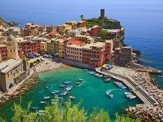 Vernazza-Cinque-Terre-Italy- Com seus prédios coloridos e vistas incríveis do mar, Vernazza é uma das cinco cidades que constituem a região de Cinque Terre.