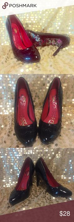 """Ed Hardy Shiny Black Heels Pumps Stilettos Sz 6 WhoooWheeee😀ok, I have to admit when I first saw Ed Hardy stuff I said WTF. It kinda grew on me and these shoes are awesome sauce. They have never been worn so you can see the great design on the bottom and try and figure out how you're going to wear these 4"""" heels on pillows☁️☁️. I say throw caution to the wind and just enjoy them👍🏼💫there are a couple of tiny scratch marks that I took pictures of that someone would have to lie on the floor…"""