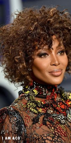 One trend that is embracing our curls and most authentic selves is curly bangs. 2019 has brought the curly cousin of blunt bangs to the forefront of our thoughts, and we don't mind at all. Great Hairstyles, Trending Hairstyles, Hairstyles With Bangs, Straight Hairstyles, Curly Bangs, Blunt Bangs, Black Curls, Black Hair, Naomi Campbell Hair