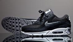 Zapatillas Nike Air Max 90 Essential Negro Blanco, tenemos disponible el nuevo colorway del modelo de #zapatillasNikeAirMax90 que #Nike a lanzado en esta #colecciónOtoñoInvierno2016, esta vez vemos como la marca de Oregon se ha decantado por confeccionar el modelo en color negro con el #Swoosh en color plata, visita nuestra #tiendaonlinedezapatillas #ThePoint y hazte con ellas clicando aquí…