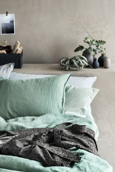 Washed linen duvet cover set: PREMIUM QUALITY. Double duvet cover set in washed linen with double-stitched edging seams and a thread count of 104. The duvet cover fastens at the bottom with concealed metal press-studs. Two pillowcases. Tumble-drying will help to keep the linen soft.