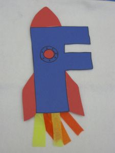 bricolages pour les 26 lettres de l'alphabet https://teachingtricksonline.wordpress.com/2012/04/10/french-immersion-alphabet-art/