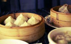 13 gustosi dim sum vegetariani I dim sum sono tipici della cucina cantonese. Ecco un ricco assortimento di versioni vegetariane di questi sfiziosi bocconcini, le quali comprendono ravioli, involtini di verdure e baozi. Ma non manc #dimsum #cibo #cina