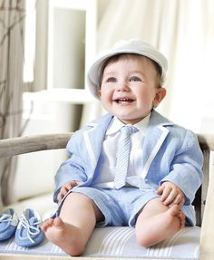 vetements-bebe-garcon-casquette-blanche-shorts-veste-bleu-layette-chemise-cravate