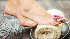 IMMAGINE: COME PRENDERSI CURA DEI PIEDI IN INVERNO Exfoliating Gloves, Soft Feet, Skin Care Tips, Ingrown Hairs, Feather, Winter Time, Skin Tips, Smooth Feet, Quill