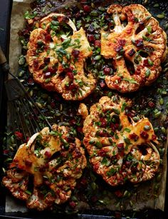 Cauliflower steaks with chorizo = the tastiest way to eat cauliflower EVER Vegetable Dishes, Vegetable Recipes, Kohl Steaks, Seared Salmon Recipes, Vegan Recipes, Cooking Recipes, Gula, Comida Latina, Cauliflower Recipes