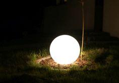 Lampa BOLAS by BlissDesign. Stwórz wyjątkowy nastrój w swoim ogrodzie. Ta i więcej lamp ogrodowych dostępne w naszym sklepie Garden Space.