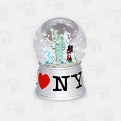 Nicht nur zu Weihnachten und der kalten Jahreszeit ein Hingucker - die original I LOVE NY Schneekugel mit der New Yorker Freiheitsstatue und der Skyline im kleinen Format. Mit dem typischen I LOVE NY Logo und einem Durchmesser von 4,5cm passt diese schöne kleine Schneekugel bestens in jedes Regal oder auf den Schreibtisch. #schneekugel #snowglobe #iloveny #newyorkcity #nyc #ny #newyork