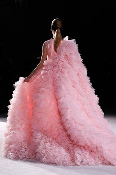 See all the Details photos from Giambattista Valli Spring/Summer 2015 Couture now on British Vogue Style Couture, Couture Fashion, Couture Details, Pink Love, Pretty In Pink, Pink Fashion, Fashion Show, Paris Fashion, Fashion 2015